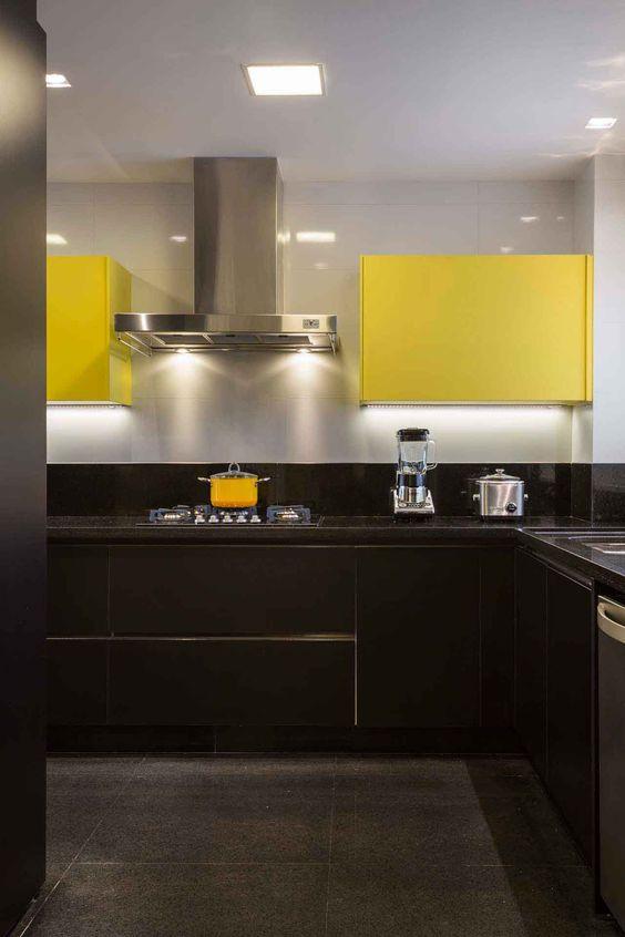 armário de cozinha amarelo e preto